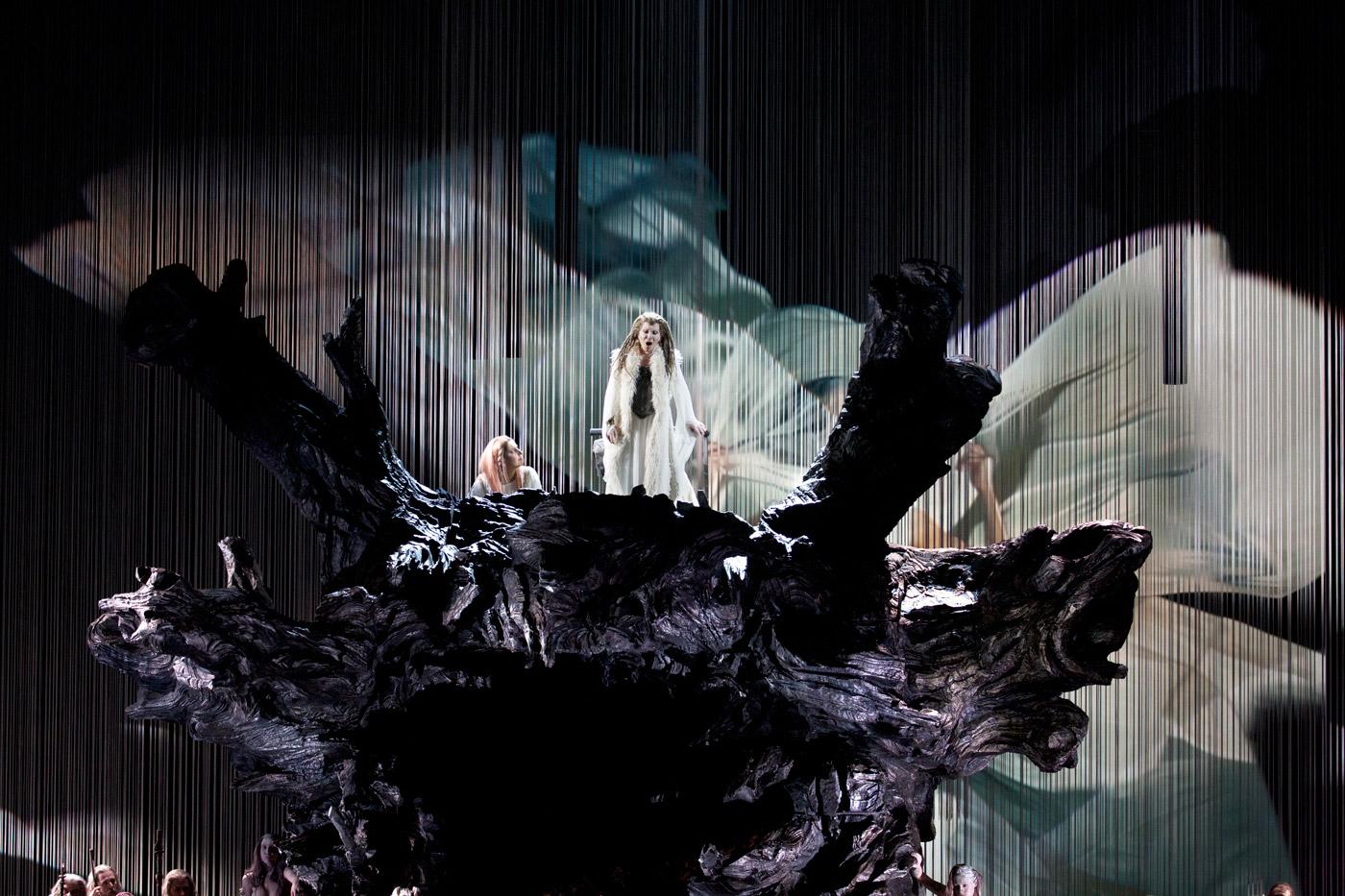 Foto del ensayo general de Norma con la puesta en escena de Davide Livermore en el Palau de les Arts en coproduccion con Teatro Real